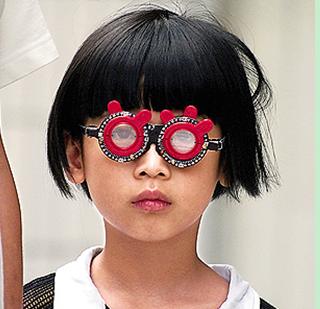 控制青少年近视就得戴眼镜吗?